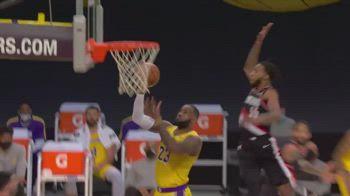 NBA, Derrick Jones inchioda la stoppata su LeBron James