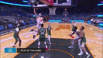 NBA, Aaron Gordon schiaccia sulla testa di Antetokounmpo