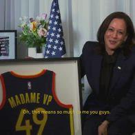 NBA: Kamala Harris riceve la maglia degli Warriors
