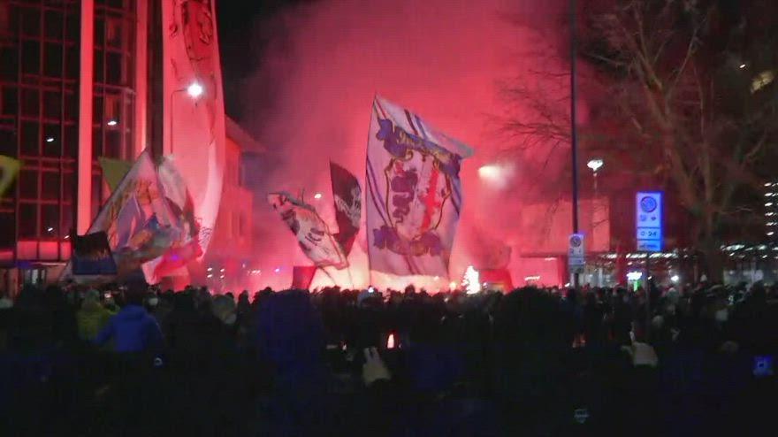 Derby, il pullman dell'Inter accolto da 1500 tifosi