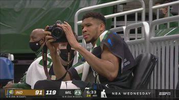 NBA: Giannis Antetokounmpo fa il fotografo a bordocampo