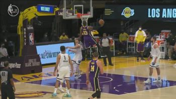 NBA, la schiacciata di LeBron vs. Memphis