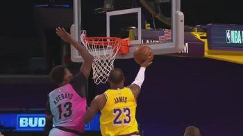 NBA, la stoppata di Bam Adebayo su LeBron James