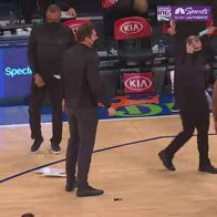 NBA, coach Walton furioso spacca in due la lavagnetta