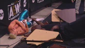 Wrestling, Shaq lanciato su un tavolo nel suo debutto AEW
