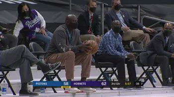 NBA, Jordan raccoglie la palla e ci pensa prima di ridarla