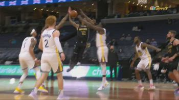 NBA, Morant prova a schiacciare su Green