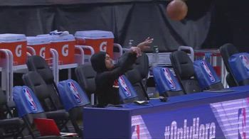NBA, Trae Young segna seduto dalla panchina