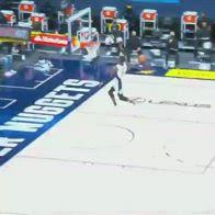 NBA, Terrence Ross prova la windmill, si schianta sul ferro