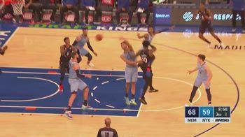NBA, tripla doppia per Julius Randle contro Memphis