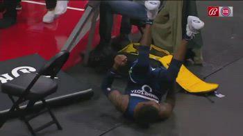 NBA, Russell confonde il cartellone per una sedia e cade