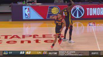 NBA, la tripla di Steph Curry sulla sirena dell'intervallo