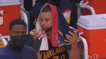 NBA, super canestro di LeBron James: la reazione di Curry