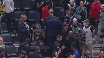 NBA, una bottiglia d'acqua sfiora Kyrie Irving