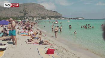 Sulla spiaggia di Mondello tornano turisti e siciliani