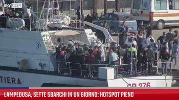 Lampedusa, 7 sbarchi in un giorno: hotspot pieno