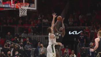 NBA, Capela segna da dietro il tabellone come Larry Bird