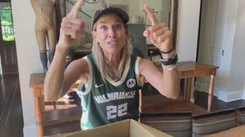 NBA, Sheryl Crow tifosa dei Milwaukee Bucks
