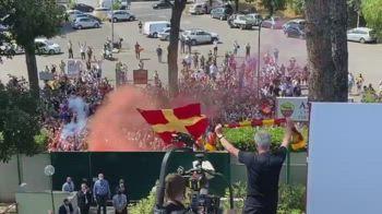 Il saluto di José Mourinho ai tifosi presenti a Trigoria