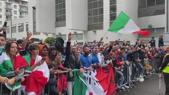 italia spagna tifosi davanti albergo