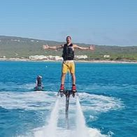 Ibra emerge dalle acque con il flyboard