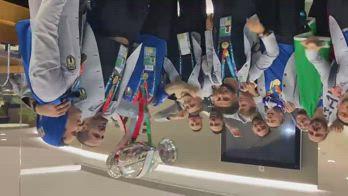 Italia campione, che festa all'aeroporto di Luton alle 3.05