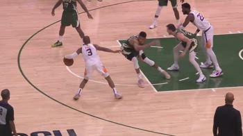 NBA, l'1-vs-1 di Paul su Antetokounmpo