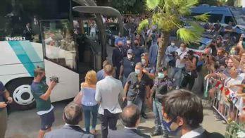 De Rossi sale sul pullman osannato dai tifosi
