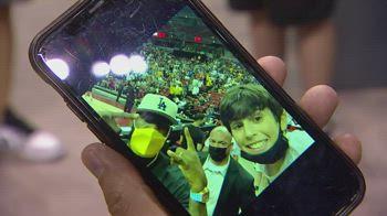 NBA, il selfie di LeBron con un giovane tifoso
