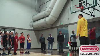 """NBA, Jokic scherza con i bambini: """"Non posso schiacciare"""""""