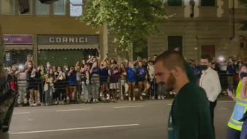 Bonucci saluta i tifosi all'uscita dal Franchi