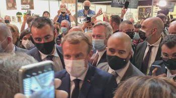 Lione, Macron colpito da un uovo lanciato da un giovane