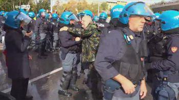 L'abbraccio tra un manifestante e un polizziotto durante le proteste