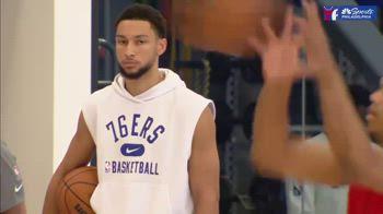 NBA, Sixers, Simmons si allena: tuta e cellulare in tasca