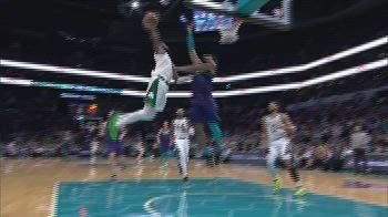 NBA, super schiacciata di Jaylen Brown